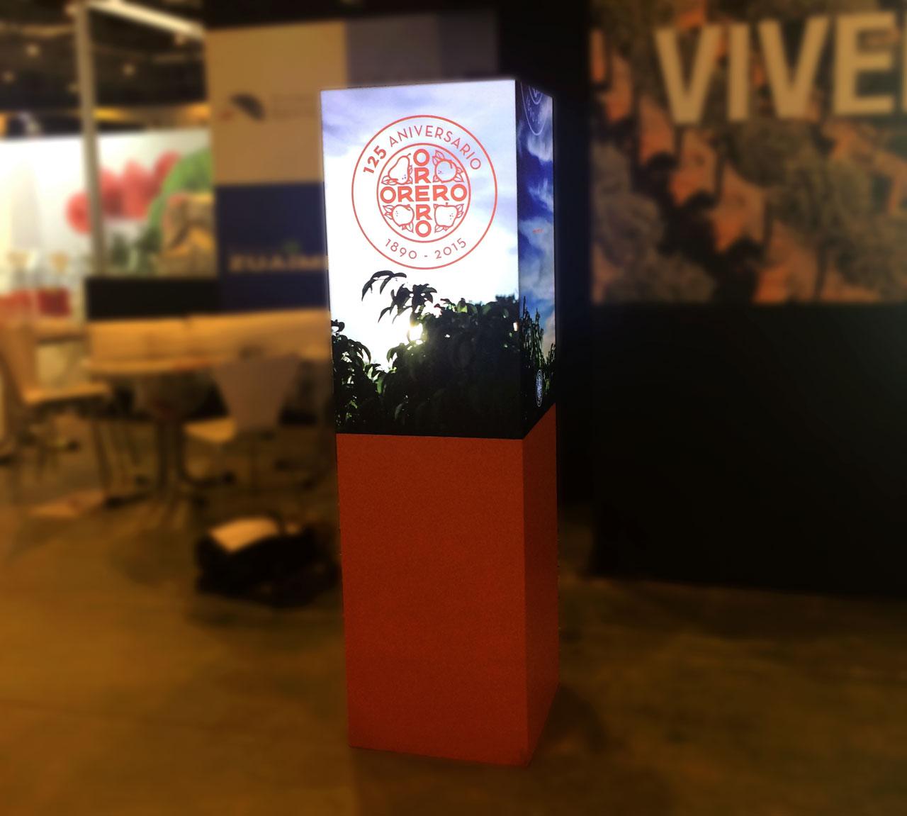 Totem retroiluminado diseñado para Viveros Orero por Momo & Cía.